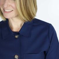 Bonjour, c'est lundi !  Aujourd'hui focus sur la veste femme marine. Des détails, des finitions. Une veste classique et intemporelle. On ne s'en lasse pas. Merci à Marie notre mannequin du jour qui est aussi celle qui prépare toutes vos commandes.